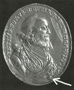 Úmrtní oválná medaile Petra Voka z Rožmberka z roku 1611. Šipkou označena řádová insignie Rožmberského řádu, zavěšená na krku